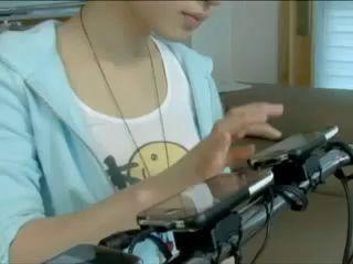 китаянка играет на iPhone