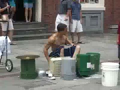 Уличный барабанщик