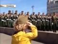 Солдаты отдают честь «маленькому генералу» на репетиции Парада Победы