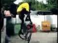 Парень показывает чудеса гравитации на велосипеде