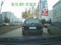 Хулиган царапает машины