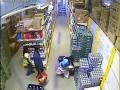 Воровство в магазинах - под юбкой вынесла ящик пива.flv