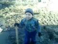мальчик застрял в грязи
