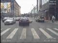 Велосепидист чуть не упал под колёса автомобиля