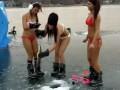 Девушки на зимней рыбалке .