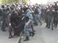 Омоновец избивает женщину на митинге