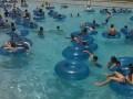 Чёткая работа спасателя в бассейне .