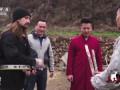Шаолиньский монах ломает полено