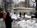 Провалился асфальт на Смоленской- вытягивают Газельку