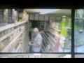Камера зафиксировала летающие в магазине коробки