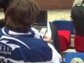 Хоккейный фанат смотрит порно во время матча КХЛ