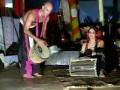 чувак охрененно играет на барабанах в Гоа