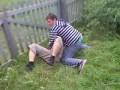 Спиной об забор