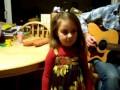 Талантливая маленькая девочка поет