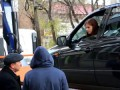 В Воронеже девушка не дала эвакуировать свою машину, погруженную на эвакуатор, закрывшись в ней