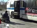 Инвалид колясочник в New York на подъемнике в автобус
