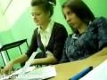 Студентка засыпает на лекции.