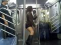 Танцующая в метро
