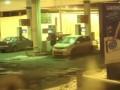 Девушка на заправке моет бензином лобовое стекло