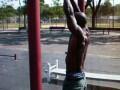 Негр - гимнаст