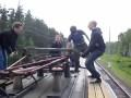 """Зацепы играют в """"дрезину"""" на крыше поезда"""