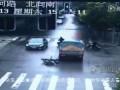 Скутерист , при падении , попал головой под колесо грузовика .