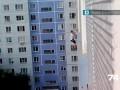 Парень залез на 8 этаж
