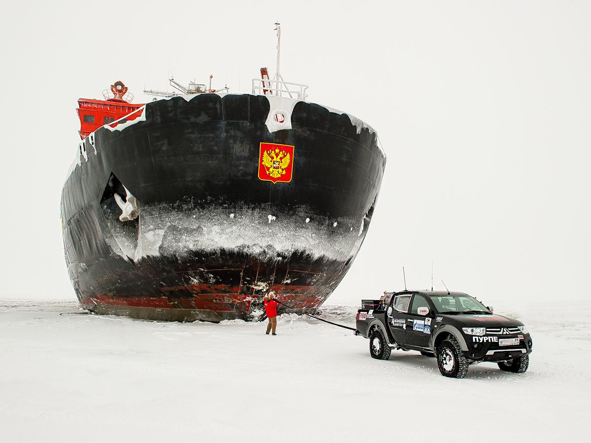 Помогаем ледоколу машиной.